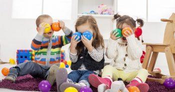 inserimento primo giorno bambini giocano