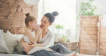 back to school senza stress mamma figlia ridono