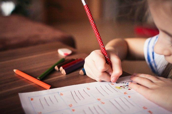 aiutare i figli con i compiti 01