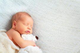 femmina neonata dorme con peluche