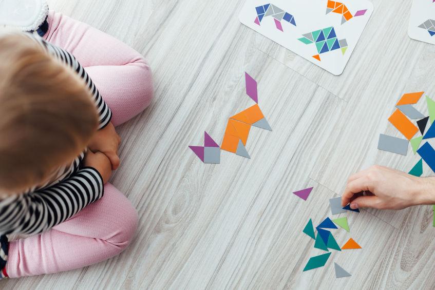 bambini in casa fare puzzle