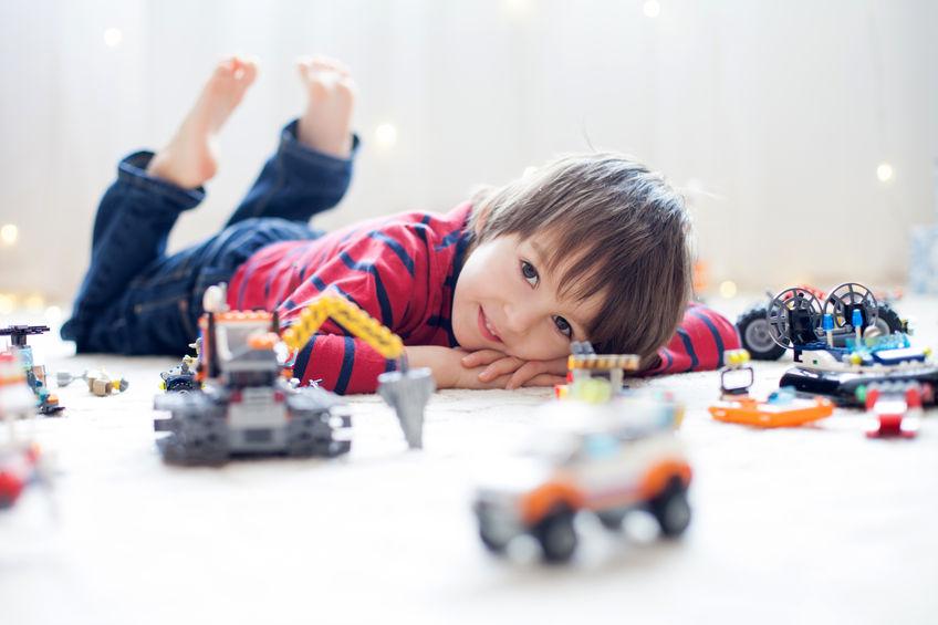 bambini casa giocare lego