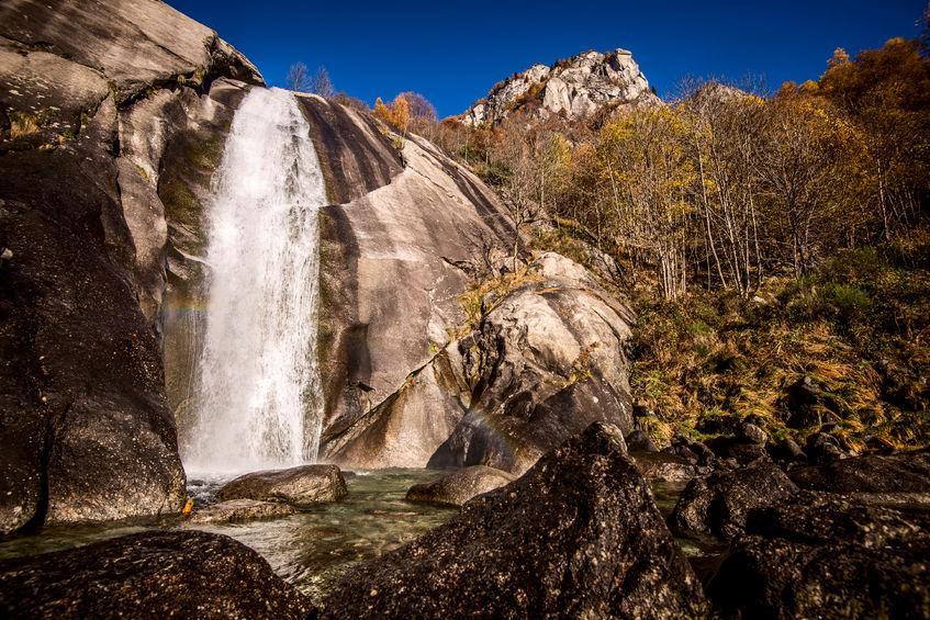 cascata alpina in autunno
