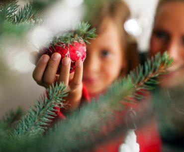 Albero di Natale: 20 idee per decorarlo insieme ai bambini