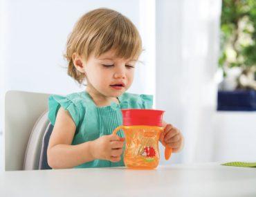 insegnare a bambino a bere da solo