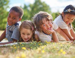 aiutare bambini a socializzare