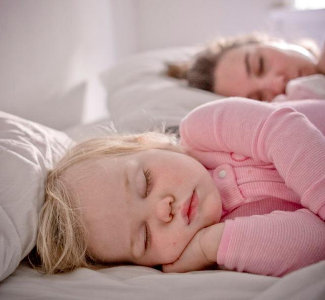 co-sleeping mamma e bambino